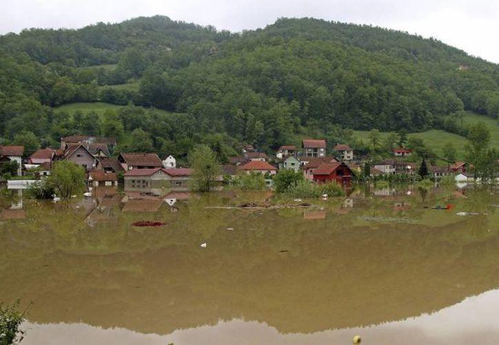Vista general de un pueblo inundado cerca de Pozega, Serbia, el 16 de mayo. (EFE)