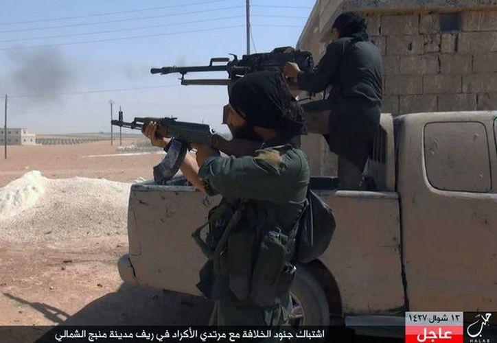 Enfrentamientos dejaron saldo de 100 muertos en Alepo, Siria. La imagen, de combatientes del Estado Islámico en ese país, está utilizada como contexto. (AP)
