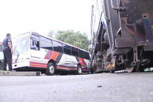 Tren arrolla autobús con varios pasajeros en Mérida