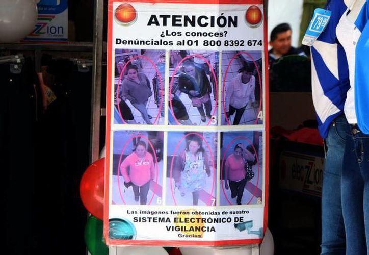 Algunos negocios colocan carteles exhibiendo a presuntos ladrones. (José Acosta/Milenio Novedades)
