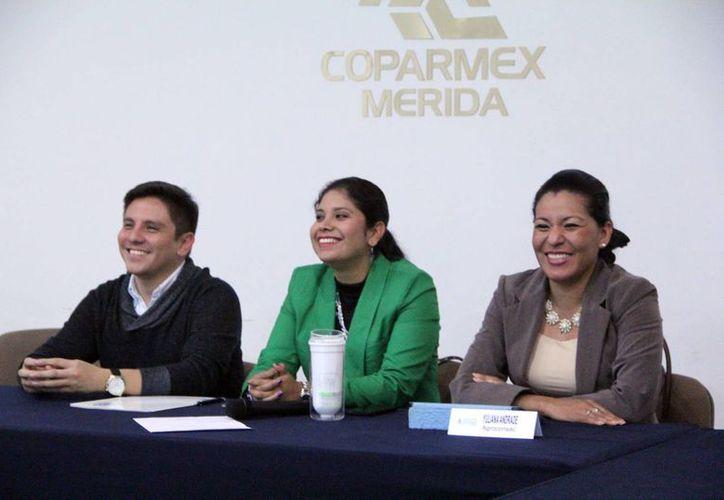 """Nayelli Hernández Crespo (c), directora de la sede  """"Península Cleantech Challenge México"""" durante una conferencia de prensa. (Milenio Novedades)"""