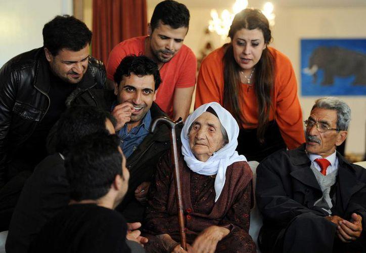 La siria Sabria Khalaf, de 107 años, es recibida por familiares al llegar al aeropuerto de Duesseldorf, en Alemania. (Agencias)