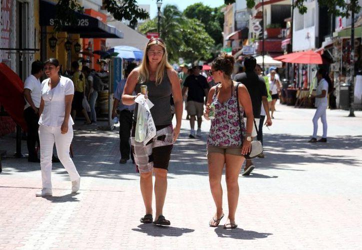 La afluencia de visitantes va a la alza en la Riviera Maya, sobre todo ahora que le resta poco tiempo a la temporada baja. (María Mauricio/SIPSE)