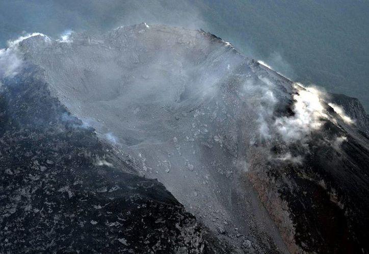 El cráter del Volcán de Colima se modificó y ahora tiene casi 50 metros de profundidad y un diámetro de alrededor de 280 metros en forma de herradura. (facebook.com/pages/Universidad-de-Colima-Oficial)