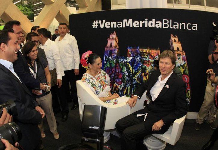 Este martes el alcalde Mauricio Vila (i) estuvo presente en la apertura del pabellón Yucatán dentro del Tianguis Turístico de Guadalajara 2016.  (Fotos cortesía del Ayuntamiento de Mérida)