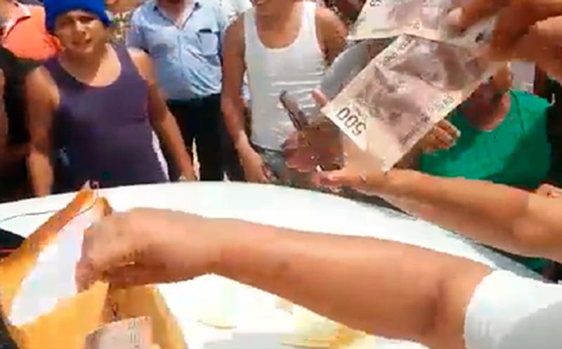 Los ciudadanos mostraron un fajo de billetes que tenían los supuestos miembros del PVEM.