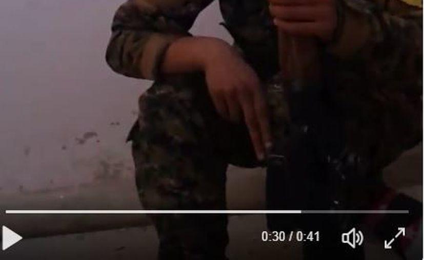 Mientras dispara desde algún punto de la ciudad de Raqqa, una bala le pasa a centímetros de la cabeza.  (Twitter:@Sergermed_)