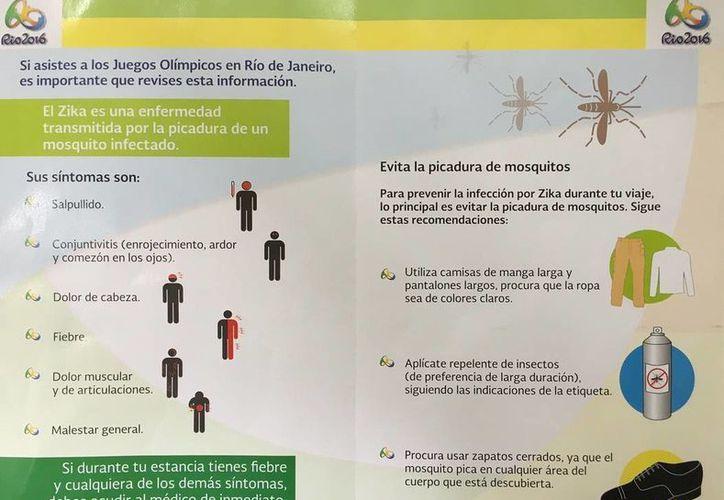 La Sesa difunde trípticos en el Aeropuerto Internacional de Cancún. (Redacción/SIPSE)