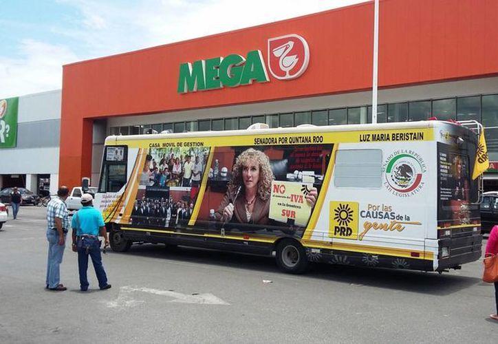 Un camión con la imagen de la senadora Luz María Beristain se estacionó ayer enfrente de un supermercado, a pesar de la veda electoral. (Daniel Pacheco/SIPSE)