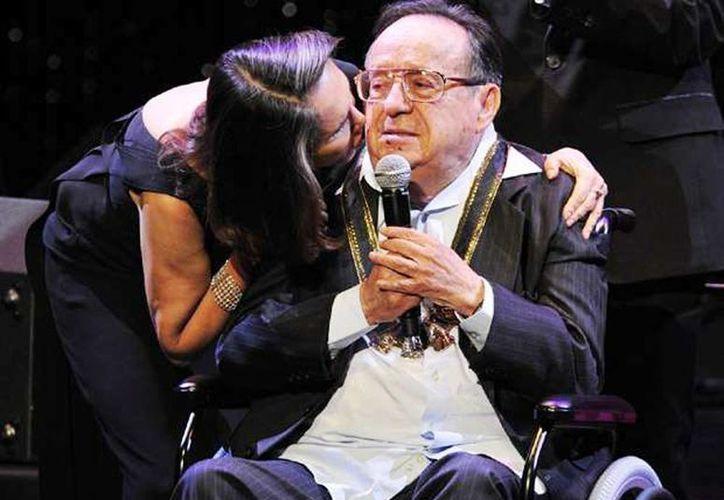 Durante la entrevista Florinda confesó que no ha superado la muerte de Roberto Gómez Bolaños. Imagen de los esposos durante la entrega de un reconocimiento al actor. (Archivo/Agencias)