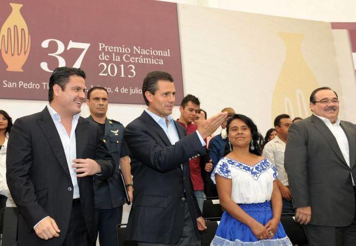 El presidente Peña Nieto con el gobernador de Jalisco, en la ceremonia de reconocimiento a  los artesanos. (presidencia.gob.mx)