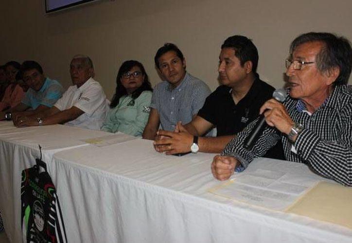 En la foto, Leonel Macías Sanchez (d), al anunciar el Ultramaratón de la Fe.(Milenio Novedades)
