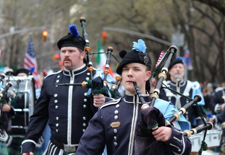 Cientos de gaiteros desfilaron por las calles de Nueva York en el día de San Patricio. (Notimex)