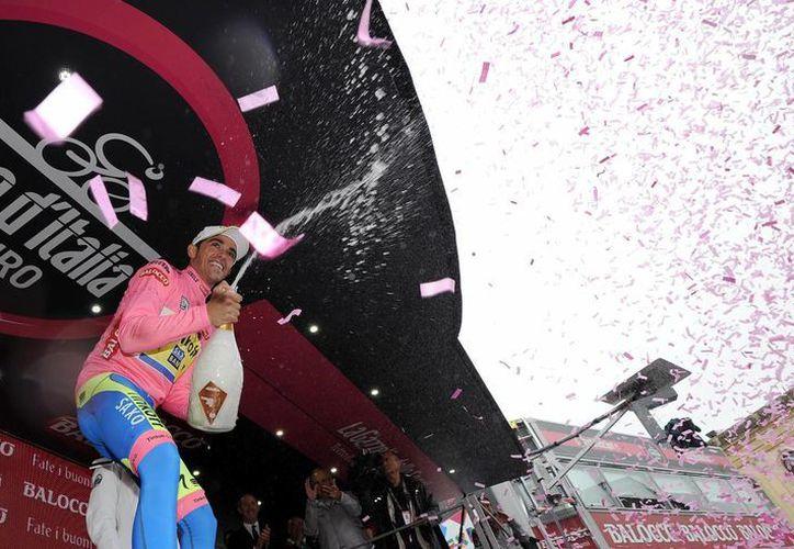 Alberto Contador celebra la recuperación de la maglia rosa en el Giro de Italia, que llegó a su estapa 14.. (Foto: AP)