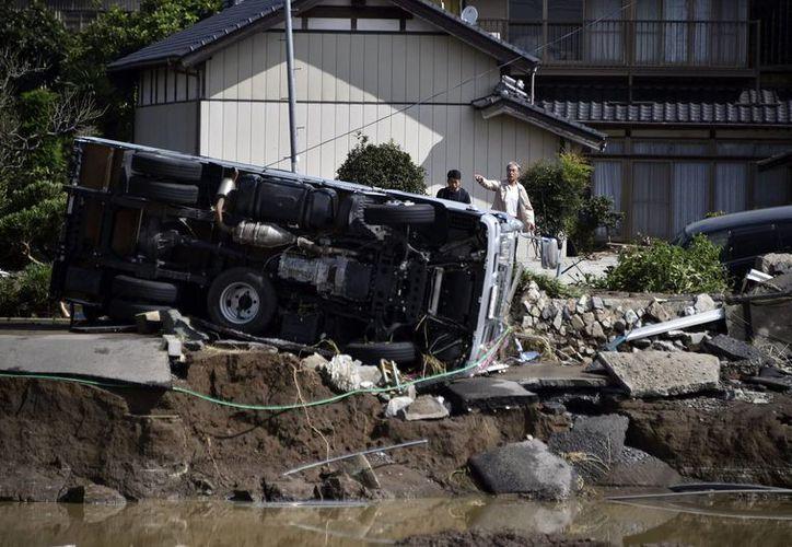 Varios coches aparecen volcados a causa del desbordamiento del río Kinugawa tras las fuertes lluvias generadas por un tifón en Japón. (Archivo/EFE)