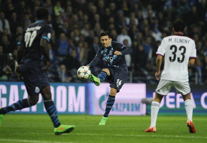 El mexicano Héctor Herrera hizo el segundo gol del Porto, al darle comba al esférico, que se metió pegado a un palo de la portería de Basilea. (Foto: AP)