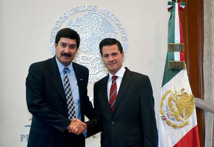 Imagen del 7 de septiembre pasado, de la reunión del presidente Enrique Peña Nieto con Javier Corral, ya gobernador electo de Chihuahua, en la residencia oficial de Los Pinos. (Archivo/Notimex)