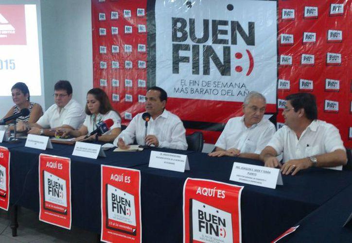 Imagen de la conferencia de prensa en donde el dirigente de la Canacome, José Manuel López Campos. anunció el lanzamiento de una app donde se registrarán los establecimientos de Mérida que participen en el Buen Fin. (Jorge Acosta/SIPSE)