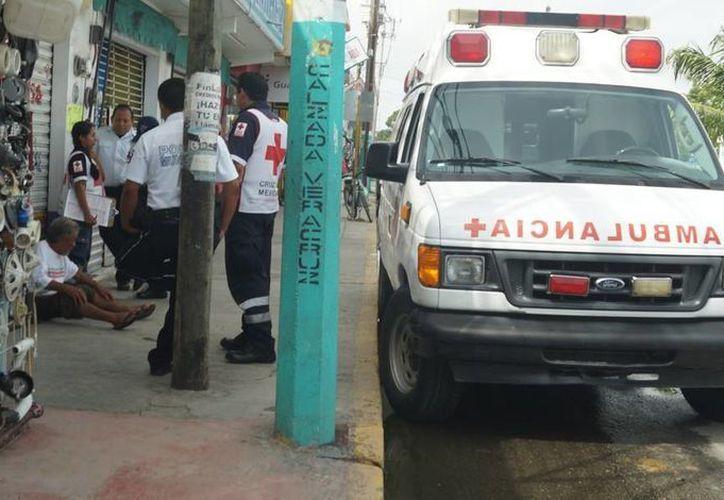 Persona de la tercera edad, siendo atendida por paramédicos. (Redacción)