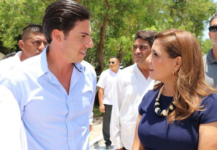 Mara Lezama coincidió en el evento con Remberto Estrada Barba, y acordaron iniciar mañana el proceso de entrega recepción. (Redacción/SIPSE)