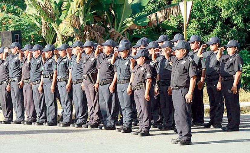 Los agentes afirman que $800 diarios de gasolina para cada patrulla son insuficientes para recorrer todo el día 16 colonias. (Jesús Caamal/SIPSE)