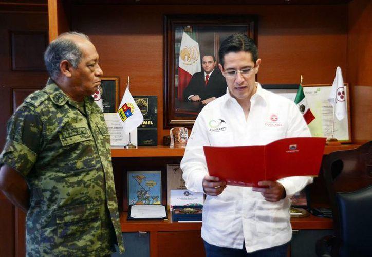 El alcalde entregó la notificación al general René Carranza García que avala el nombramiento de la avenida. (Cortesía/SIPSE)
