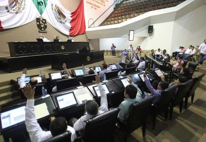 Diputados de Yucatán en la sesión de este viernes, en la que aprobaron una ley y cambios a dos ordenamientos. (Cortesía)