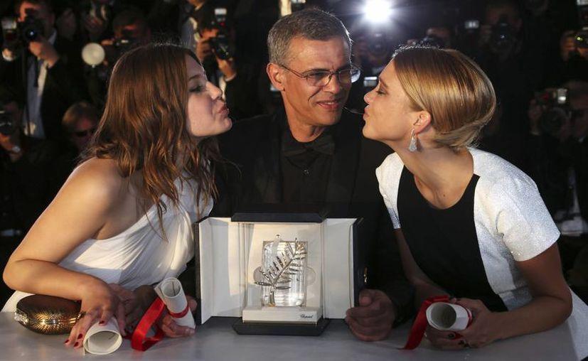 El director de la cinta ganadora,  Abdellatif Kechiche, con las protagonistas Adele Exarchopoulos (izq) y Lea Seydoux (der) posando con La Palma de Oro. (Agencias)