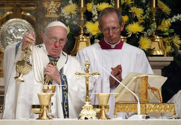 Francisco bendice el pan y la Sangre de Cristo durante una misa en la Catedral Basílica de los Santos. Pedro y Pablo, en Filadelfia. (Agencias)