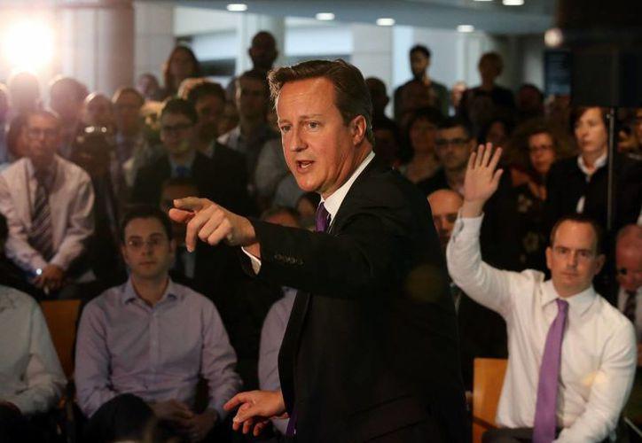 El primer ministro británico, David Cameron, habla durante una visita a una oficina financiera en Edimburgo, Escocia. (Agencias)