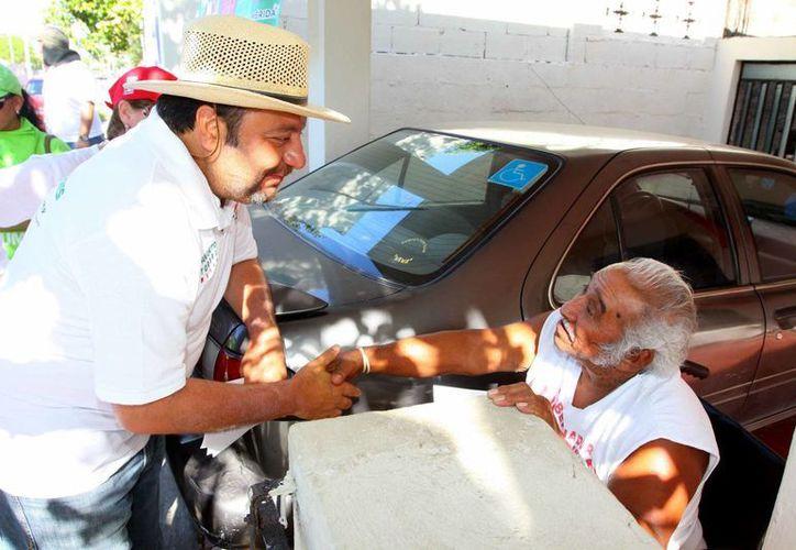 El candidato Francisco Torres Rivas saluda a un vecino de la colonia Miraflores. (SIPSE)