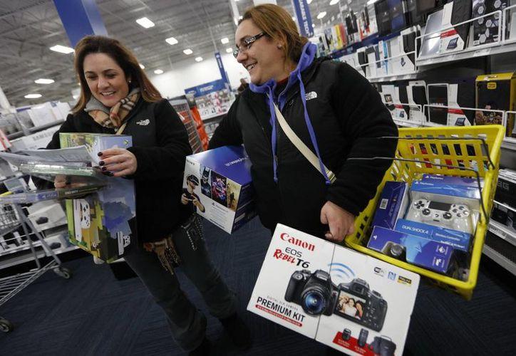 Las tiendas de todo Estados Unidos abrieron el viernes sus puertas más temprano, compitiendo entre sí con ofertas resplandecientes. (Peter Pereira/Standard Times/SCMG vía AP)