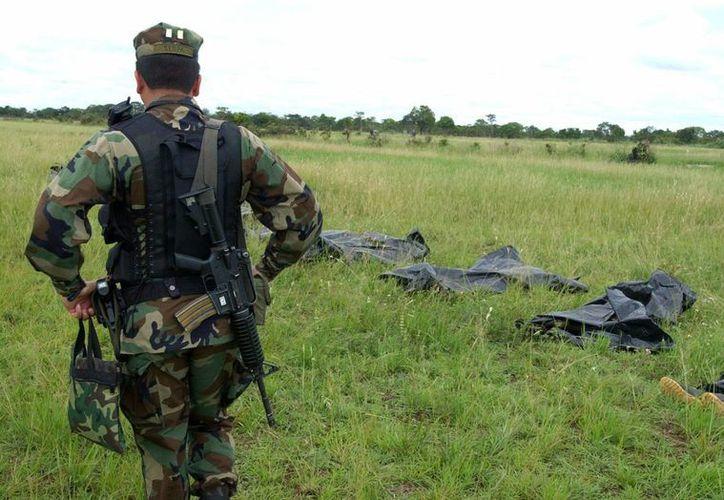 Las Fuerzas Armadas de Colombia incautaron explosivos durante un allanamiento a un campamento de las FARC. (EFE)