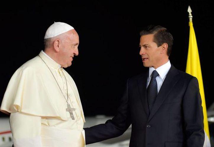 El Papa Francisco visitó México del 12 al 17 de febrero. En la imagen el Pontífice es despedido por el presidente Peña Nieto en el aeropuerto de Ciudad Juárez. (Notimex)