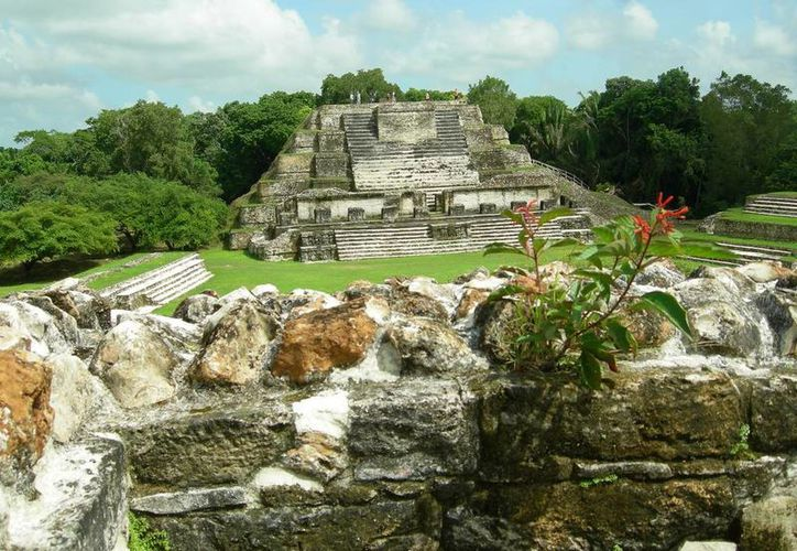 La pirámide principal mide 200 metros de base y 47 metros de altura y tiene un volumen cuatro veces mayor que la de Kukulkán, en Chichén Itzá. (Carlos Horta/SIPSE)