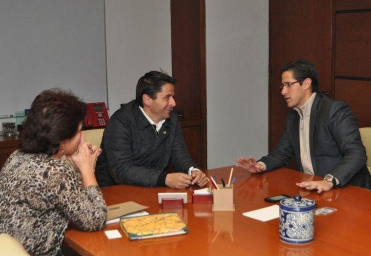 El alcalde de la isla y el subsecretario de Fomento y Normatividad de la Semarnat. (Redacción /SIPSE)
