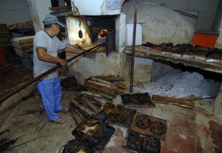 Actualmente en Yucatán, muchas personas que preparan sus pibes los envían a hornos de panaderías por la imposibilidad de realizar hoyos en sus casas. (Archivo/SIPSE)