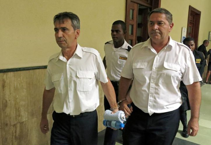 Imagen de archivo de Bruno Odos (izq), y Pascal Jean Fauret, quienes fueron formalmente acusados de tráfico de drogas, son escoltados a una sala de audiencia en Santo Domingo. (Agencias)
