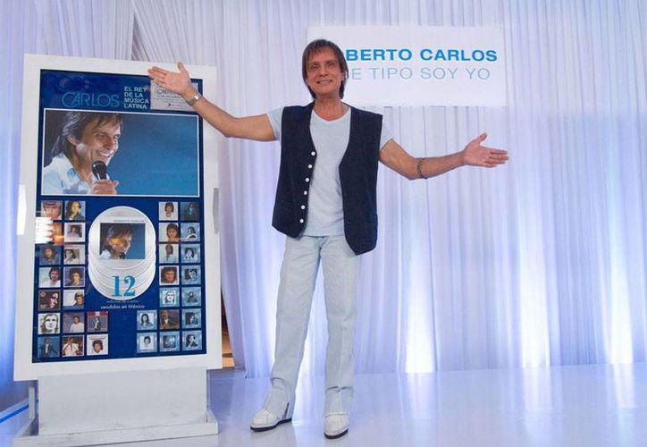 Roberto Carlos, quien en la foto de archivo aparece en la presentación de su más reciente disco, será homenajeado durante la ceremonia de los Latin Grammy. (NTX)