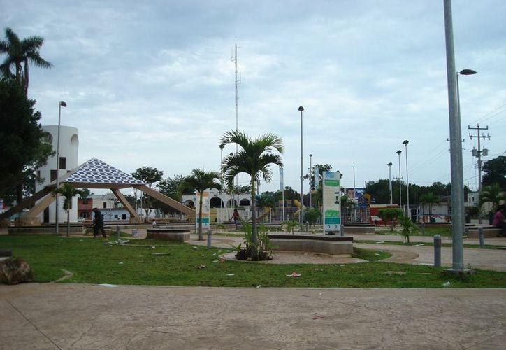"""El parque """"Forjadores del Kilómetro 50"""" se remodeló hace dos años. Los daños causados por vándalos están a la vista. (Carlos Yabur/SIPSE)"""