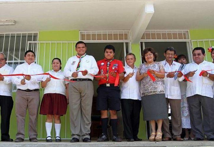 Ayer, Rolando Zapata, acompañado del scout José Armando Mis Montero, gobernador por un día, inauguró obras educativas en el poniente y el norte de Mérida realizadas mediante una inversión de más de 3.6 mdp. (Cortesía)