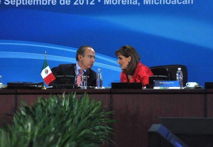 El expresidente Felipe Calderón Hinojosa y la extitular de la Secretaría de Turismo, Gloria Guevara Manzo durante el Acuerdo Nacional por el Turismo en Michoacán. (Archivo/Notimex)