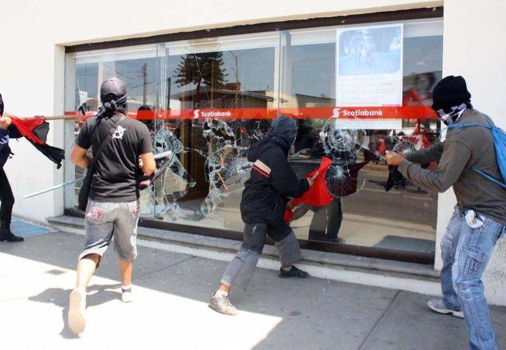 Encapuchados cometieron desmanes en la Ciudad de Oaxaca. (Notimex)