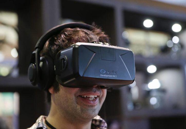 Se espera que los lentes Oculus Rift tengan un costo menor a mil 500 dólares. (Foto: AP)