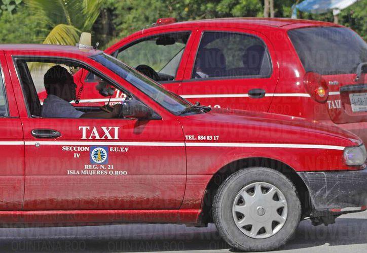 Los taxistas responden por los altos costos de operación de taxis. (Jesús Tijerina/SIPSE)