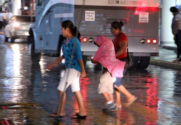 Ayer miércoles, una fuerte lluvia sorprendió a los meridanos por la tarde. (SIPSE)
