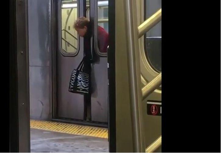 Al final, un trabajador abrió la puerta del tren y dio asistencia a la fémina. (Foto: Internet)