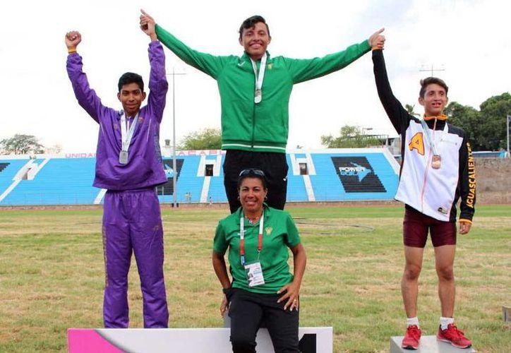 Mariel Abraham Carrillo Escalante (centro del podium) le dio a Yucatán la tercera medalla de oro en los 400 metros. (Milenio Novedades)