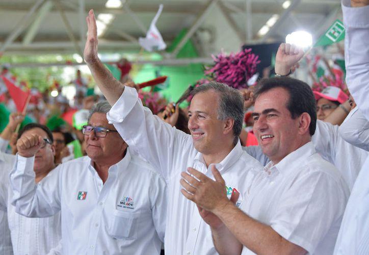 José Antonio Meade recibió el apoyo de los trabajadores petroleros en la Plaza Cívica 18 de marzo. (Notimex)