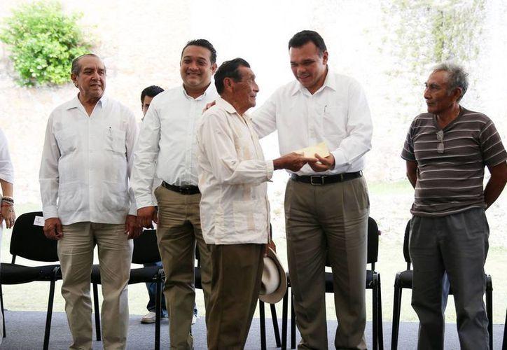 El gobernador Rolando Zapata Bello entregó apoyos a productores henequeneros de Yucatán. (SIPSE)